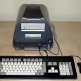 Od czasów pierwszego modelu Amigi A1000 konstruktorzy z Commodore pracowali nad nowymi modelami tego komputera. Do najbardziej znanych przedstawicieli rodziny należą na pewno A500, oraz A1200 która pozostaje najpopularniejszym modelem […]