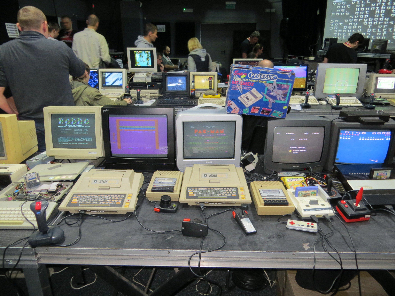 Komputery na sali.