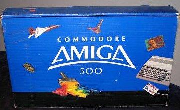 """Unikatowe pudło Amigi 500 z """"amerykańskim"""" logiem i nietypowym przedstawieniem kolorów tęczy."""
