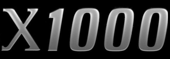 Lekko pochylony styl loga X1000 wydaje się nawiązywać do tradycyjnego napisu z czasów Commodore.