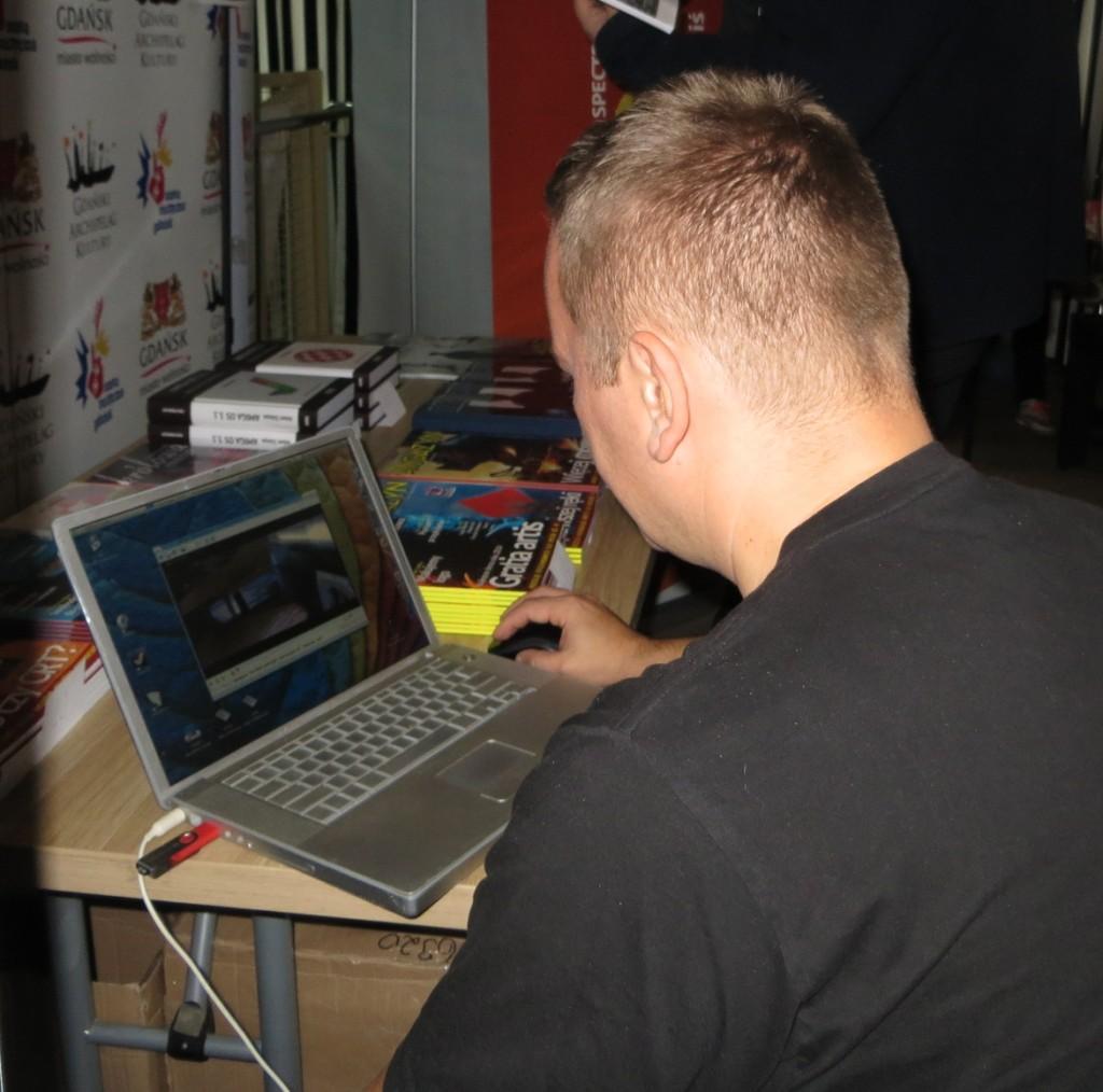 Testowy pendrive podłączony do Powerbooka. Testy Mplayera.